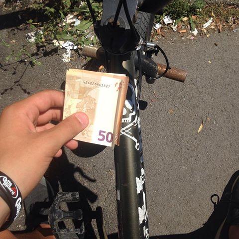 Er biciclettaro a piedi sulla Colombo (1YA)